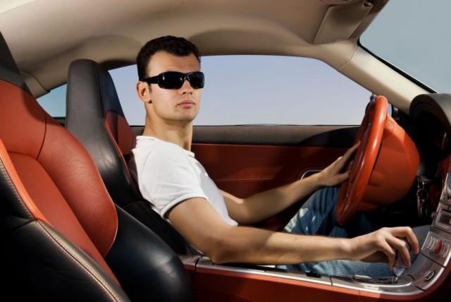 Рабочий смоленского автосервиса угнал дорогостоящее авто клиента